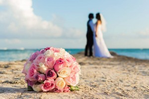 Hung and Lina on the beach with bouquet
